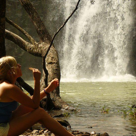 Teilnehmerin vor Wasserfall
